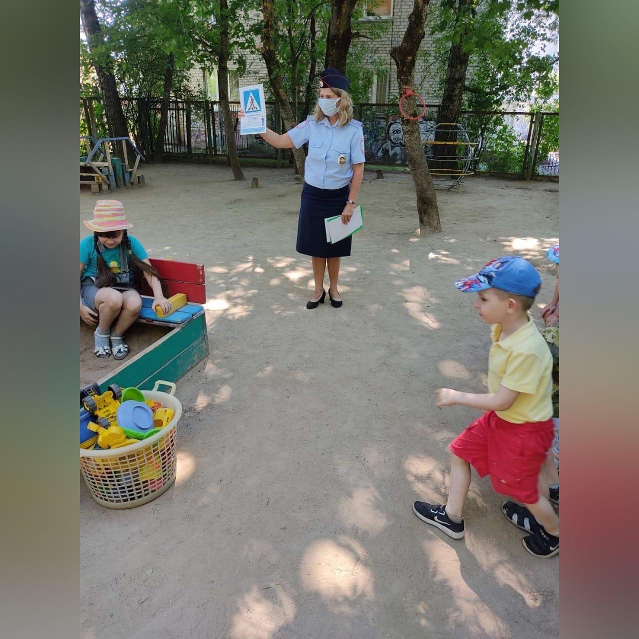 Смоленские госавтоинспекторы провели занятие для юных пешеходов