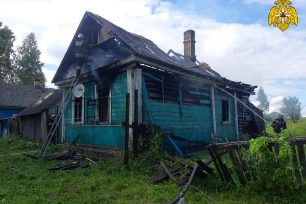 На Невельском шоссе в Велиже полностью выгорел жилой дом